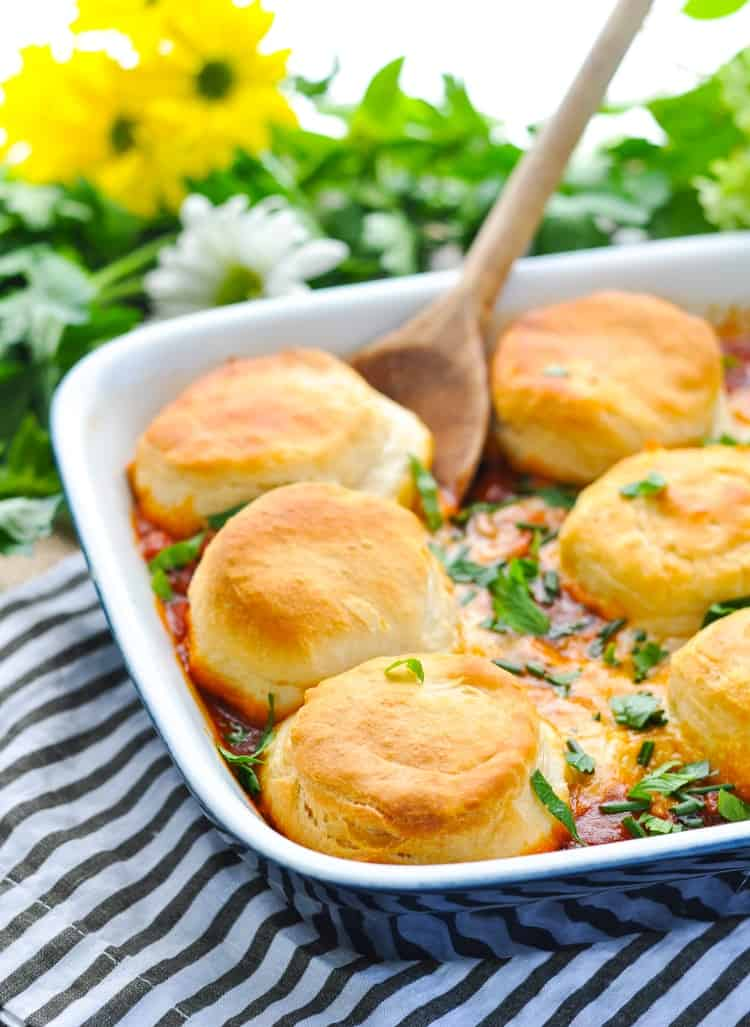 This Quick and Easy Pizza Pot Pie is an easy weeknight dinner that's made in one dish! Ground Beef Recipes | Easy Dinner Recipes | Dinner Ideas | Casserole Recipes