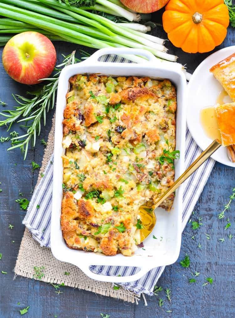 This Southern Cornbread Stuffing is an easy side dish recipe for your holiday celebrations! Thanksgiving Dinner | Sides #sides #sidedish #Thanksgiving