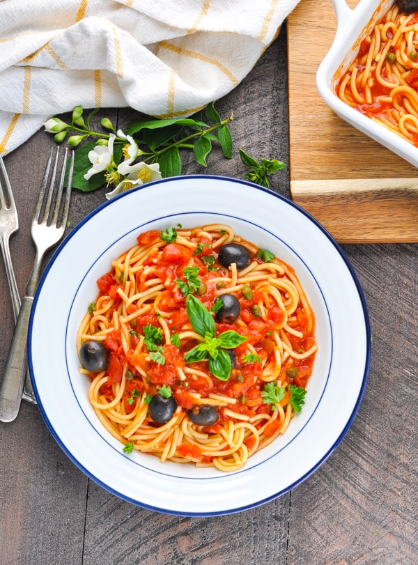 What ingredients are in a puttanesca pasta sauce