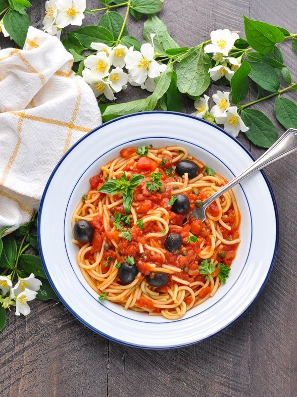 Bowl of healthy and easy Pasta Puttanesca!