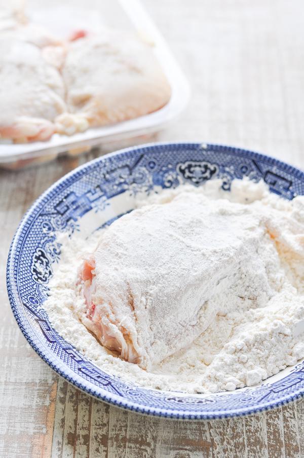 Dredging chicken thigh in flour