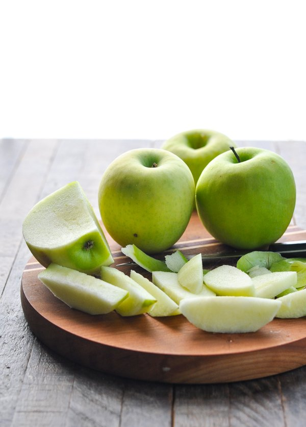 Slice Granny Smith apples on a cutting board