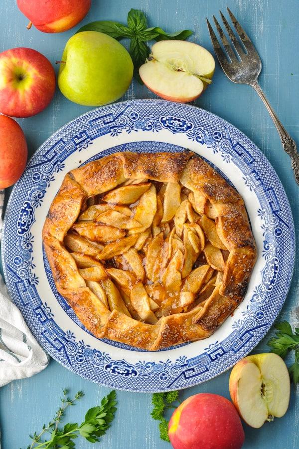 Easy apple tart surrounded by fresh apples
