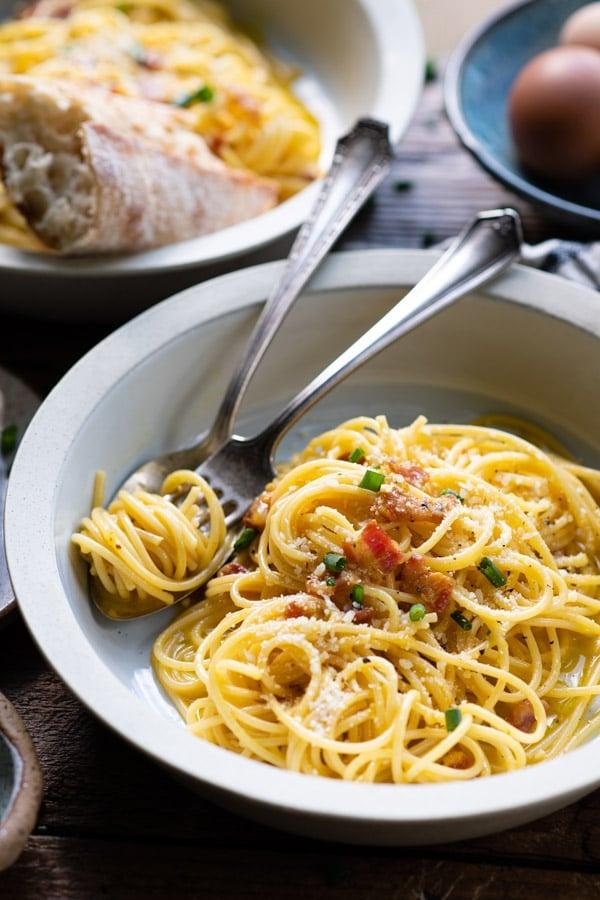 Close up shot of a bowl of creamy spaghetti carbonara